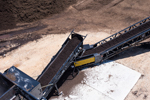 Conveyor for coloring mulch
